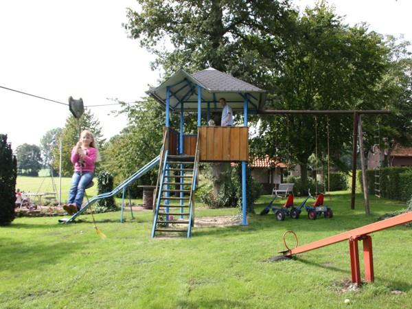 Ihre Kinder werden sich auf unserem großzügigen Spielplatz mit Riesenrutsche bestimmt wohlfühlen.