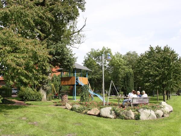 Unser großer, parkähnlicher Garten bietet vielfältige Möglichkeiten der Entspannung.